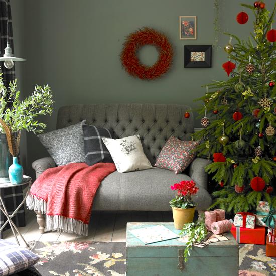 sofa-deko-kissen-wurfdecke-wandbilder-weihnachtsbaum