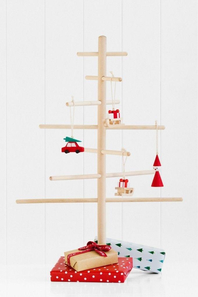 weihnachtsbaum-holzstabchen-kleine-deko-figuren-weihnachtsgeschenke