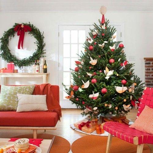 weihnachtsbaum-dekoriert-gemutliches-wohnzimmer-warme-farbtone