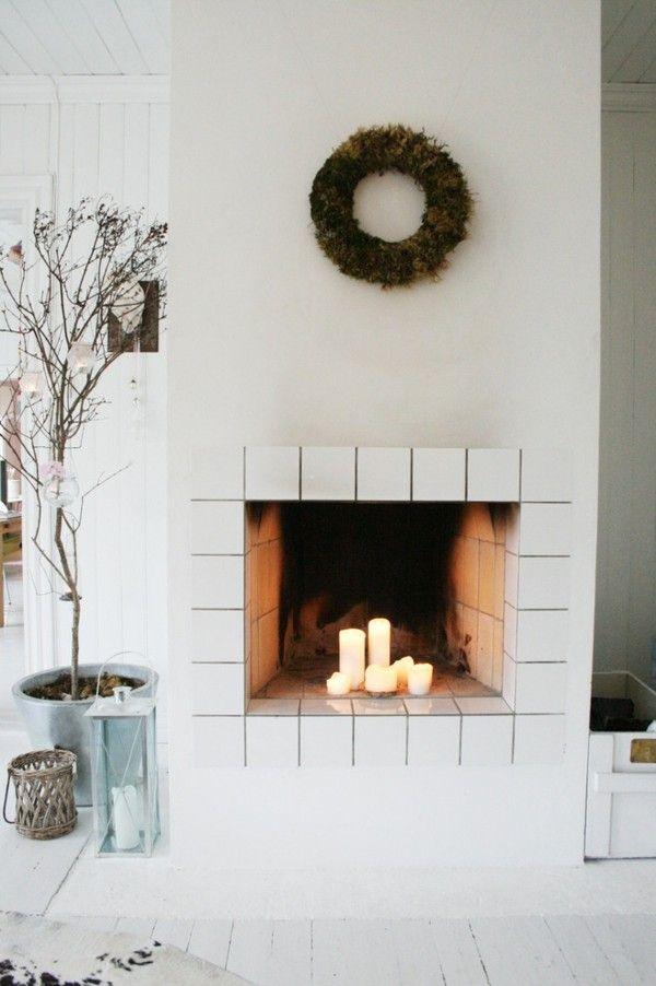 weihnachtskranz-an-der-wand-schwarze-mobel-lila-akzente