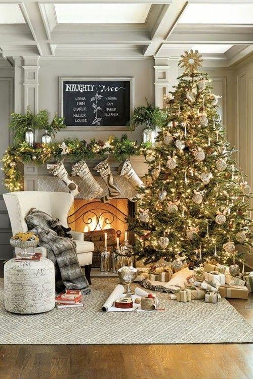 wohnzimmer-weihnachtsbaum-kamin-weis-grau-gold-und-silberglitzer