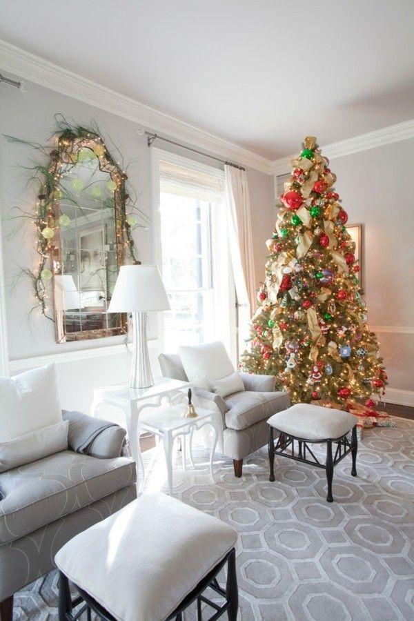 wohnzimmer-weis-christbaum-fensterecke-geschmuckt-glanzend