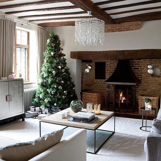 ziegelwand-kamin-weihnachtsbaum-silberglitzer