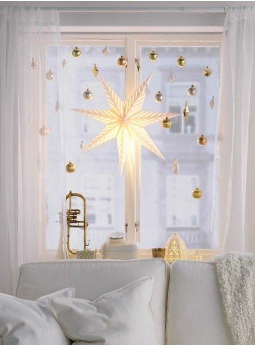 elegantes-wohnzimmer-fensterdekoration-weihnachtsstern-lichter-und-lampen