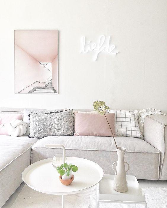 minimalistisches-design-sitzmobel-weis-kissen-rosa