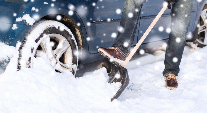 eine-schaufel-fur-schnee-und-eis-gehort-zu-ihrer-pflichtausrustung-im-auto