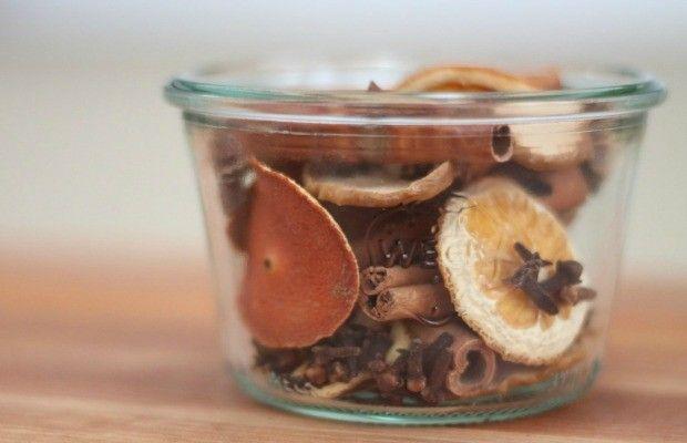 glasschale-trockene-orangenschalen-zimtstangen-duftende-krauter