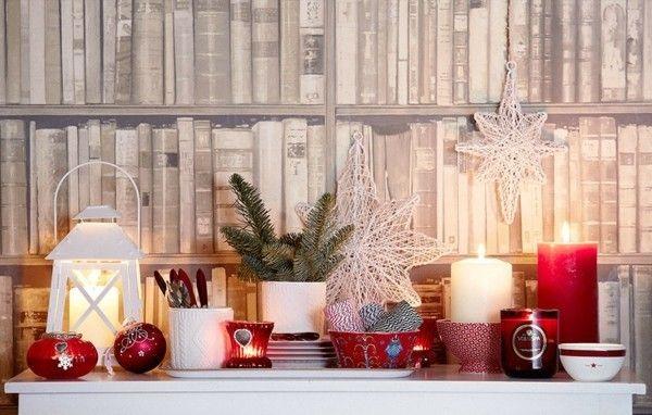 grune-tannenzweige-weihnachtskugeln