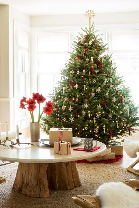 groser-weihnachtsbaum-dekoriert