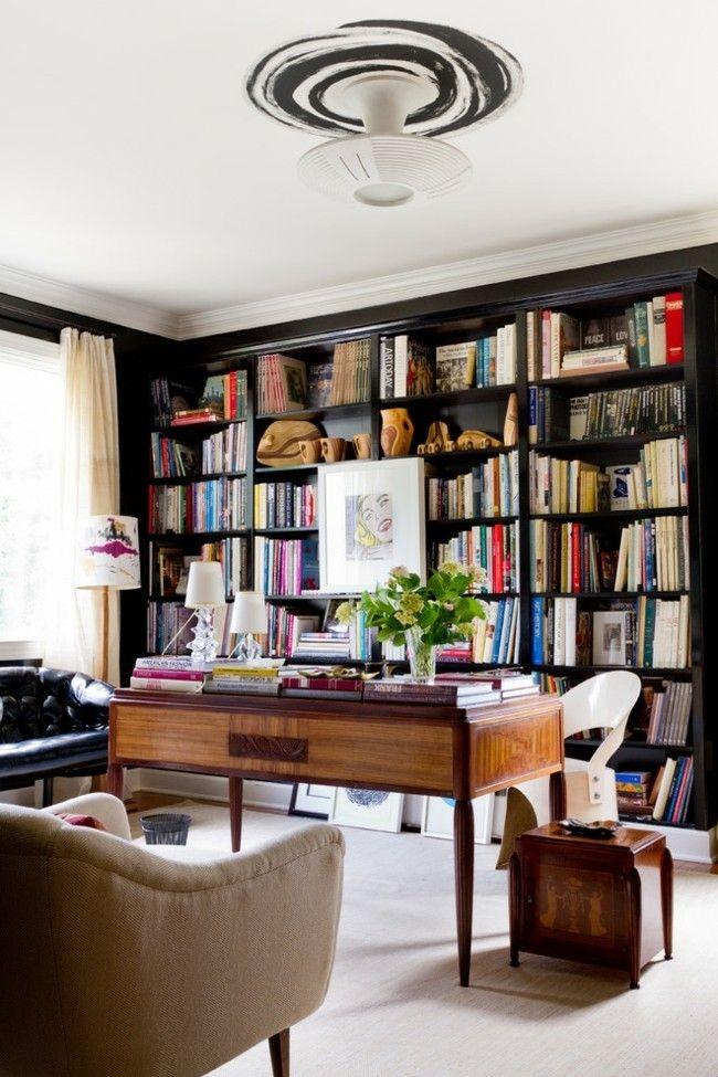 hausbibliothek-viele-bucher-heimburo-schreibtisch-sessel-sofa-grun