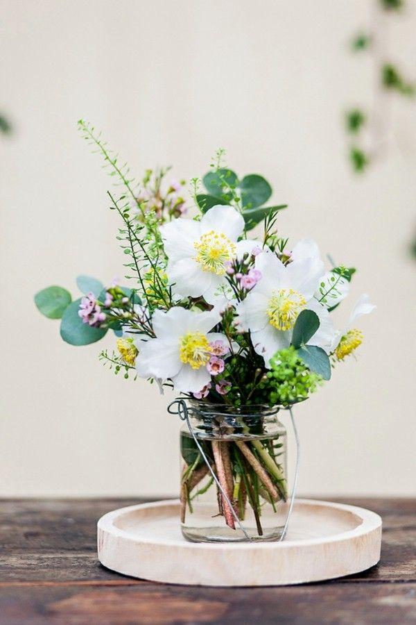 vase-blumenarrangement-christrose-bluten-grun