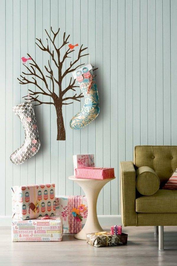 wandtattoo-baum-dekorieren-strumpfe-weihnachtsgeschenke