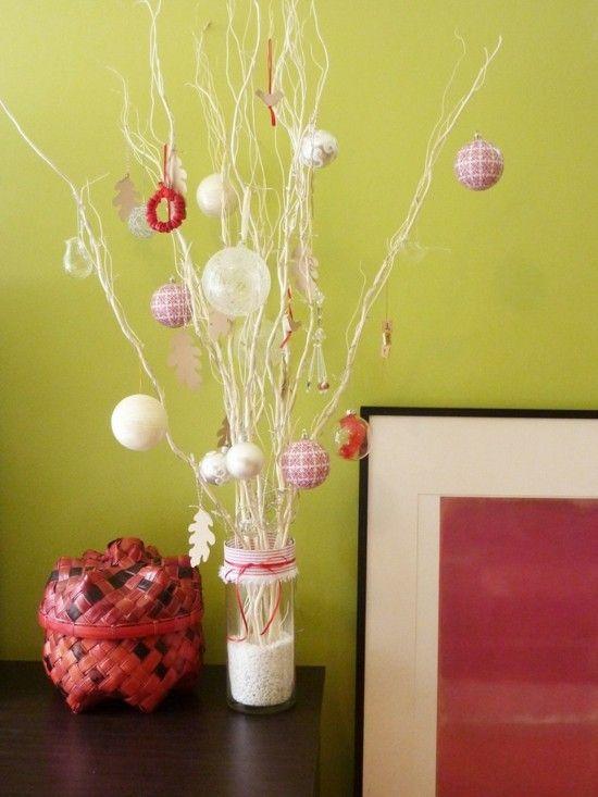 zweige-weis-weihnachtskugeln-dezent-wohnzimmer