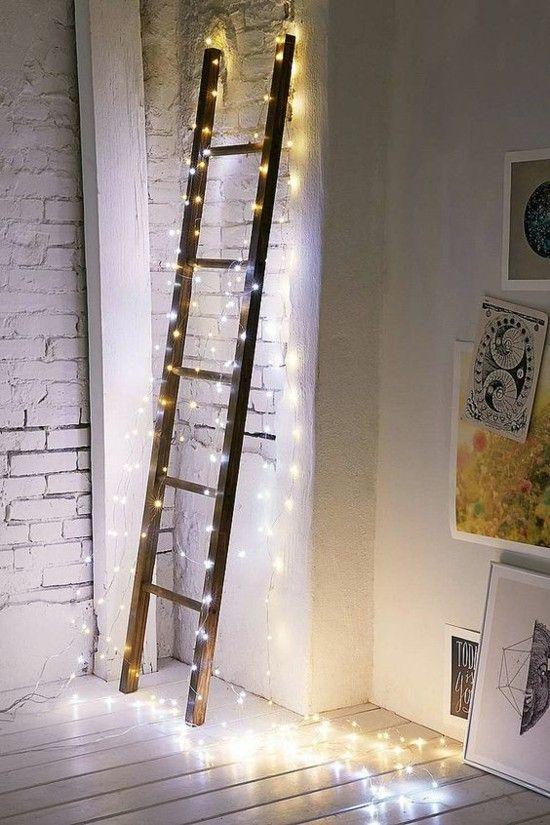 alte-leiter-weihnachtlich-geschmuckt-lichter-blickfang