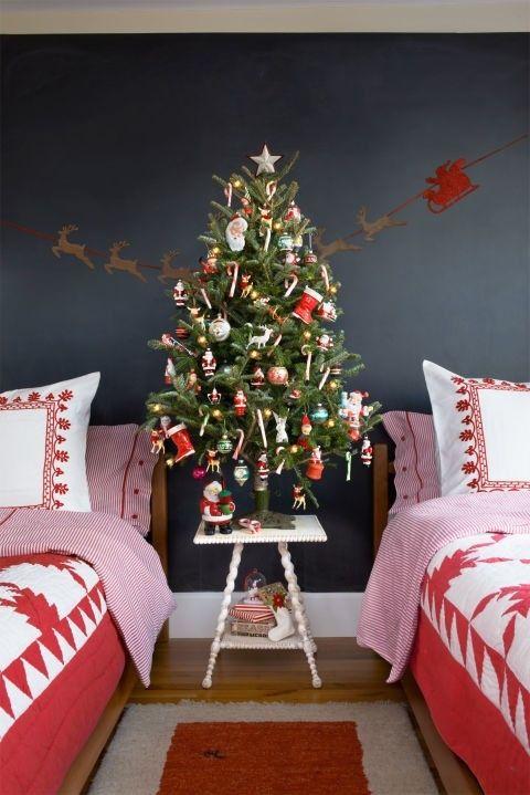 kreativer-weihnachtsbaum-mit-dekorationen
