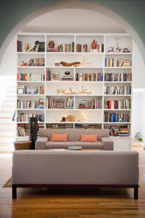 Bücherregal in elegantem Wohnzimmer