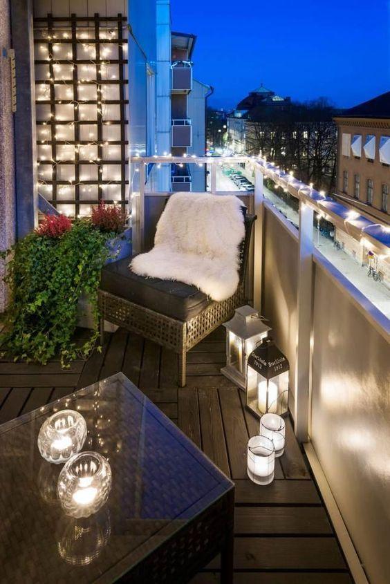 Balkonsessel weißes Fell kleiner Kaffeetisch