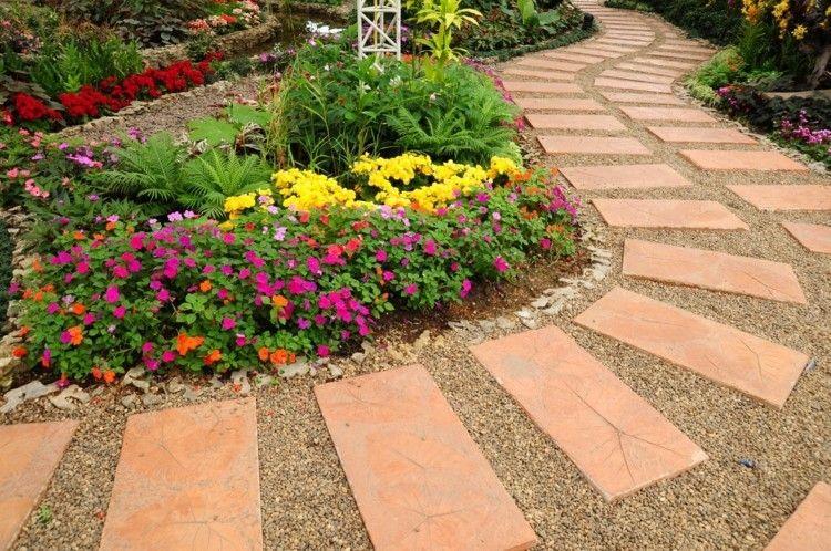 Blumengarten schöne Gartenblumen viele Farben Grün Gartenweg