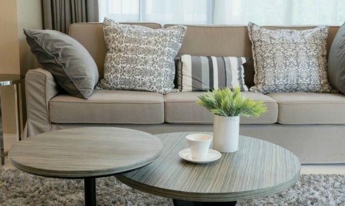 braunes-sofa-mit-grau-gemusterten-deko-kissen