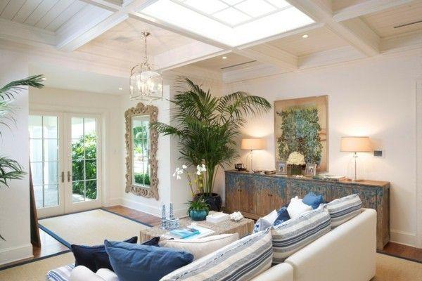 Couch mit Kissen großer Spiegel mit Holzrahmen Eingangsbereich