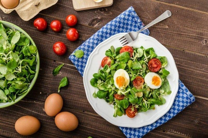 Ernährungsplanung Frühling Spinatsalat Cherrytomaten gesund