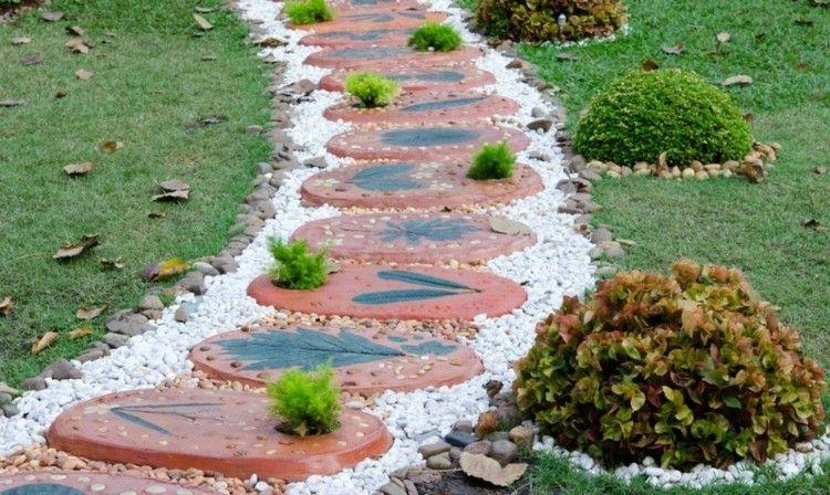 Gartenweg Gestaltung bunter Beton Terrakotta