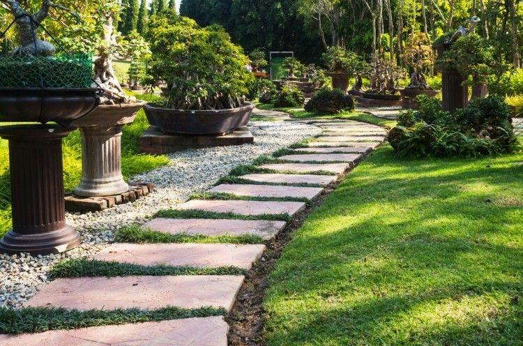 Gartenweggestaltung- große Natursteinplatten