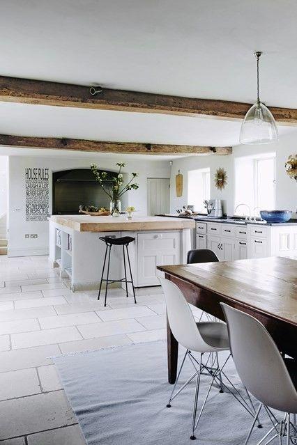 Geräumige Kücheneinrichtung in Weiß