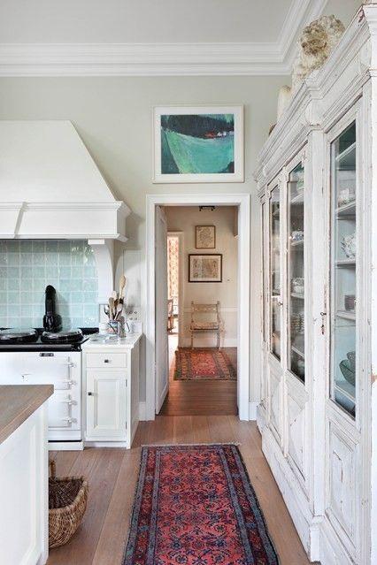 Große Kücheneinrichtung weiße Schränke