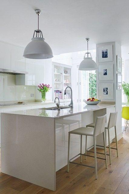 Küche im Landhausstil entsteht durch schöne weiße Kücheninsel
