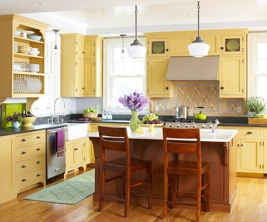 Küchenschränke in Osterglockenfarbe - große Küche