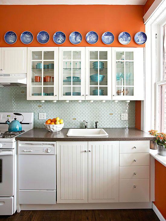Küchenwände in gebranntem Orange - marineblauer Teller Wandschmuck