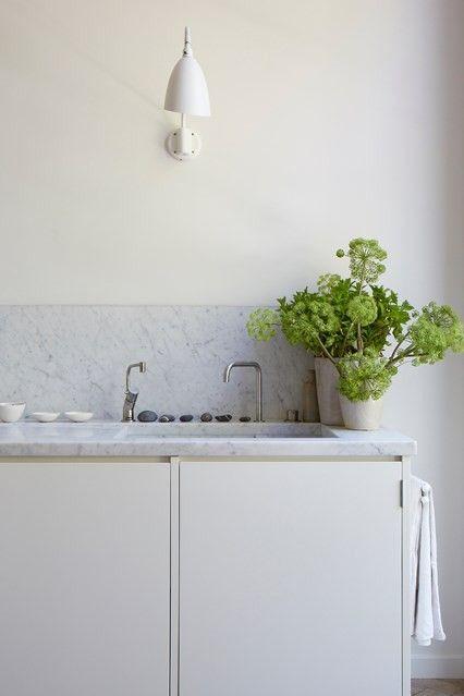 Minimalistische weiße Küche Spüle