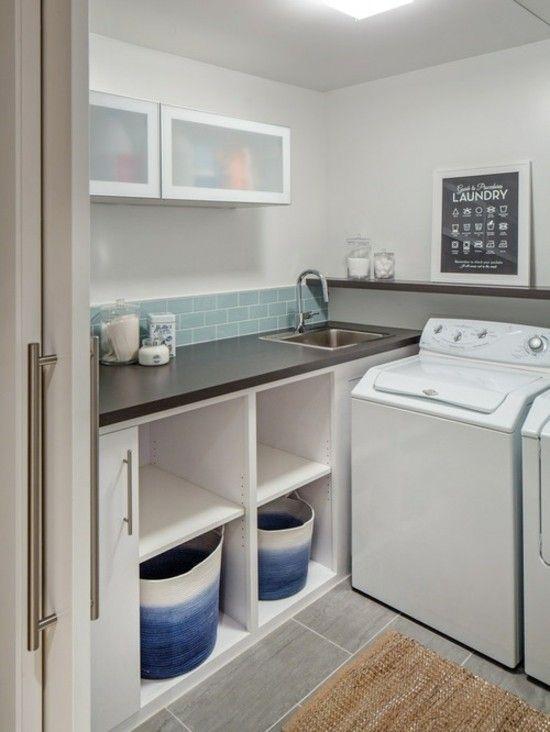 Moderne Waschküche mit Waschmaschine