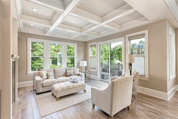 schones-wohnzimmer-mit-holzboden-im-neuen-luxuriosen-haus