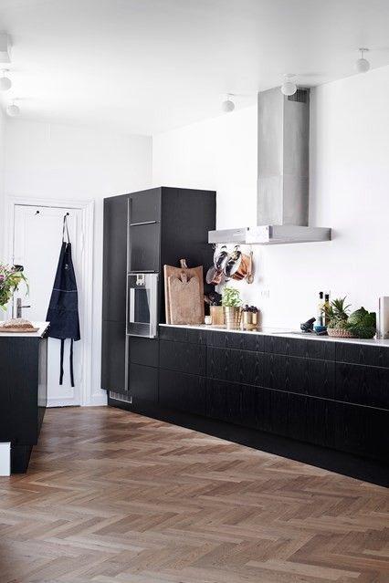 Schwarze Küchenschränke Weiße Arbeitsoberflächen weiße Wände