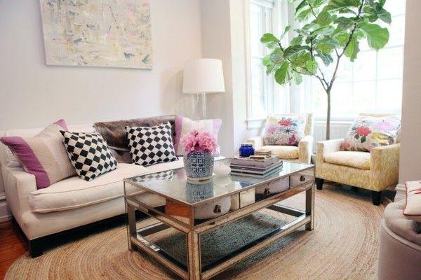 Wohnraum großer Zimmerbaum Sofa bunte Kissen