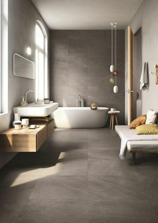 graue Boden- und Wandfliesen visuelle Abstimmung weiße Badewanne ...