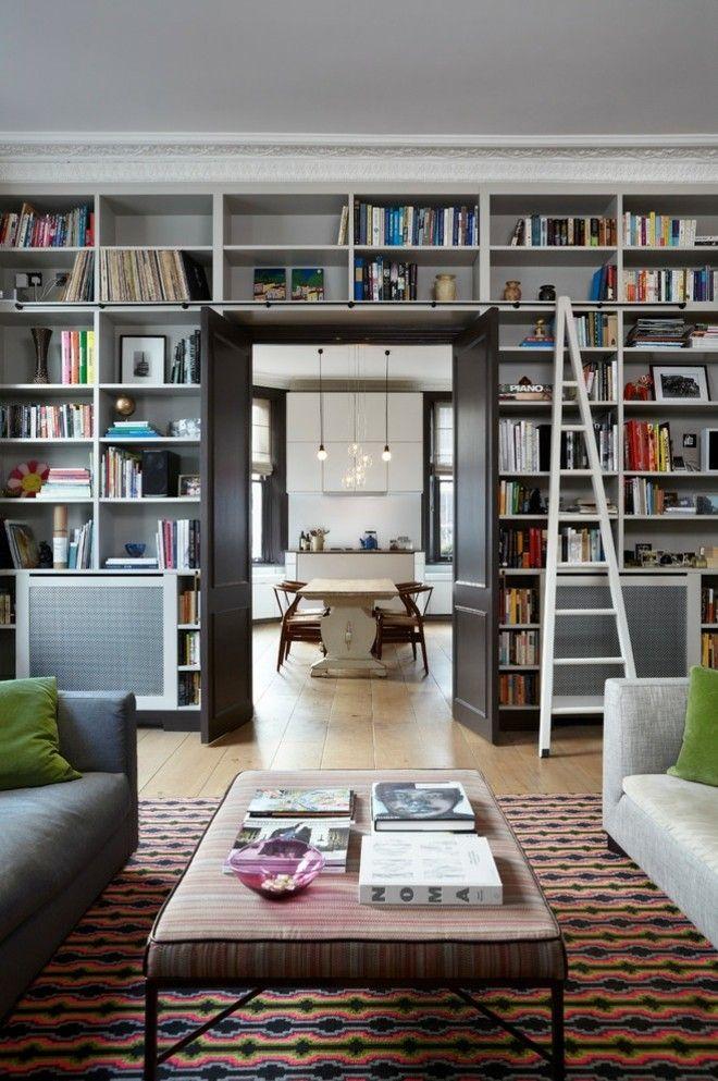 großer Wohnraum Regalleiter Wohnzimmertisch Sofa Teppich Essbereich