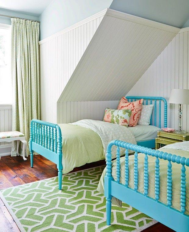 modernes-kinderzimmer-zwei-betten-dachschrage-teppich-weis-grun