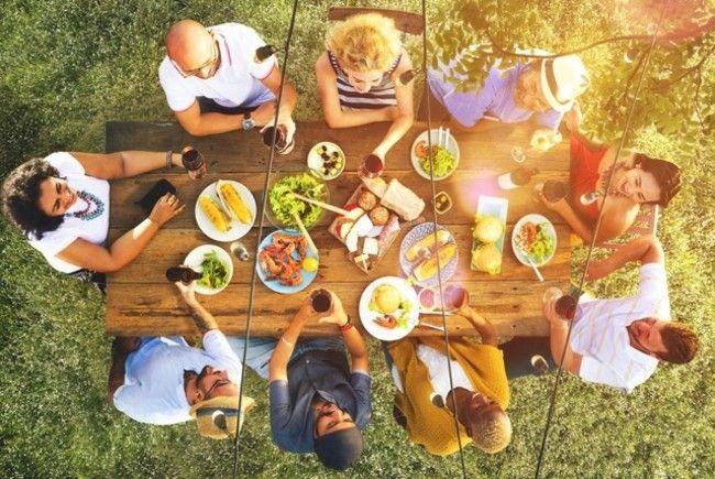 unter-freunden-sein-gutes-gesundes-essen-geniesen-freie-natur-perfekt-im-jahr-des-feuer-hahns