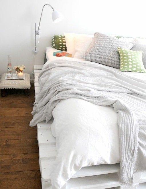 wohnidee schlafzimmer rustikal mit bett aus paletten