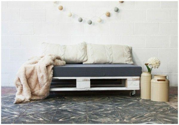 sofa aus paletten ein praktisches m bel f r drinnen und. Black Bedroom Furniture Sets. Home Design Ideas