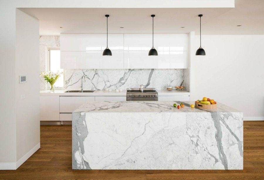Klare Linien Und Futuristische Formen Sind Hier Angesagt. Marmor  Kücheninsel Moderne Küche Weiß Grau