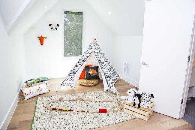 Auch Die Kinderspielecke Ist Skandinavisch Eingerichtet, Wo Die Weiße Farbe  Mit Hellen Holznuancen Kombiniert Wird