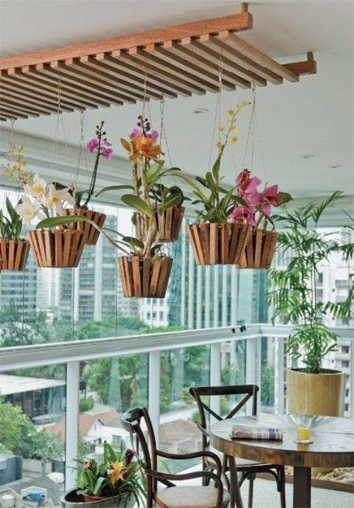 Die Hängeampeln mit diesen schönen Blumen sind tolle Highlights auf diesem Balkon.