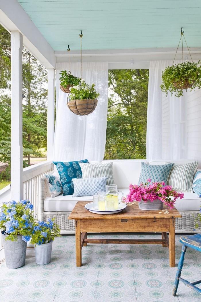 die berdachte terrasse verwandelt sich in eine oase der ruhe. Black Bedroom Furniture Sets. Home Design Ideas