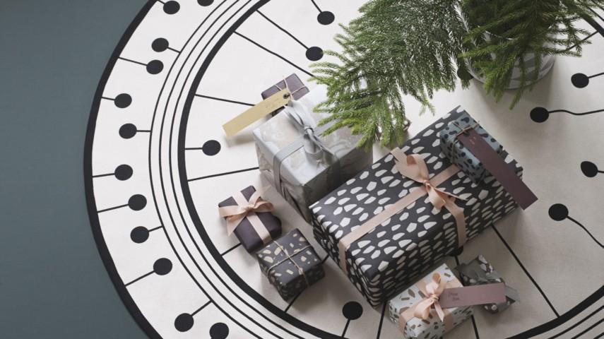 eine sch ne christbaum sch rze gibt ihrem weihnachtsschmuck den letzten schliff. Black Bedroom Furniture Sets. Home Design Ideas