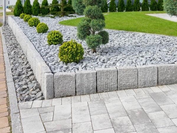 Garten mit Ziersplitt japanische Tradition Steingarten anzulegen