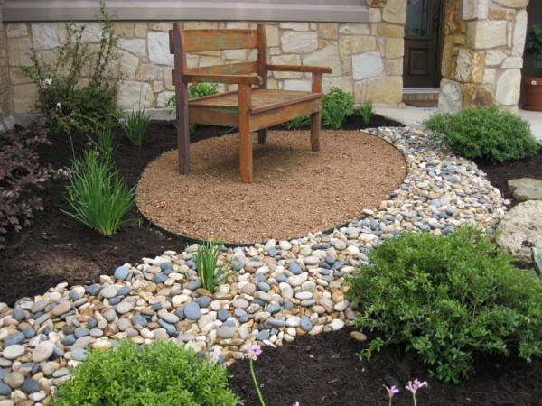 Garten mit Ziersplitt kleine Sitzecke Sitzbank Steine grüne Pflanzen